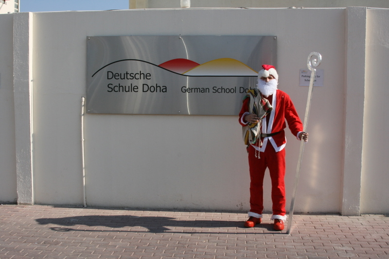 Der Nikolaus besucht die Deutsche Schule Doha