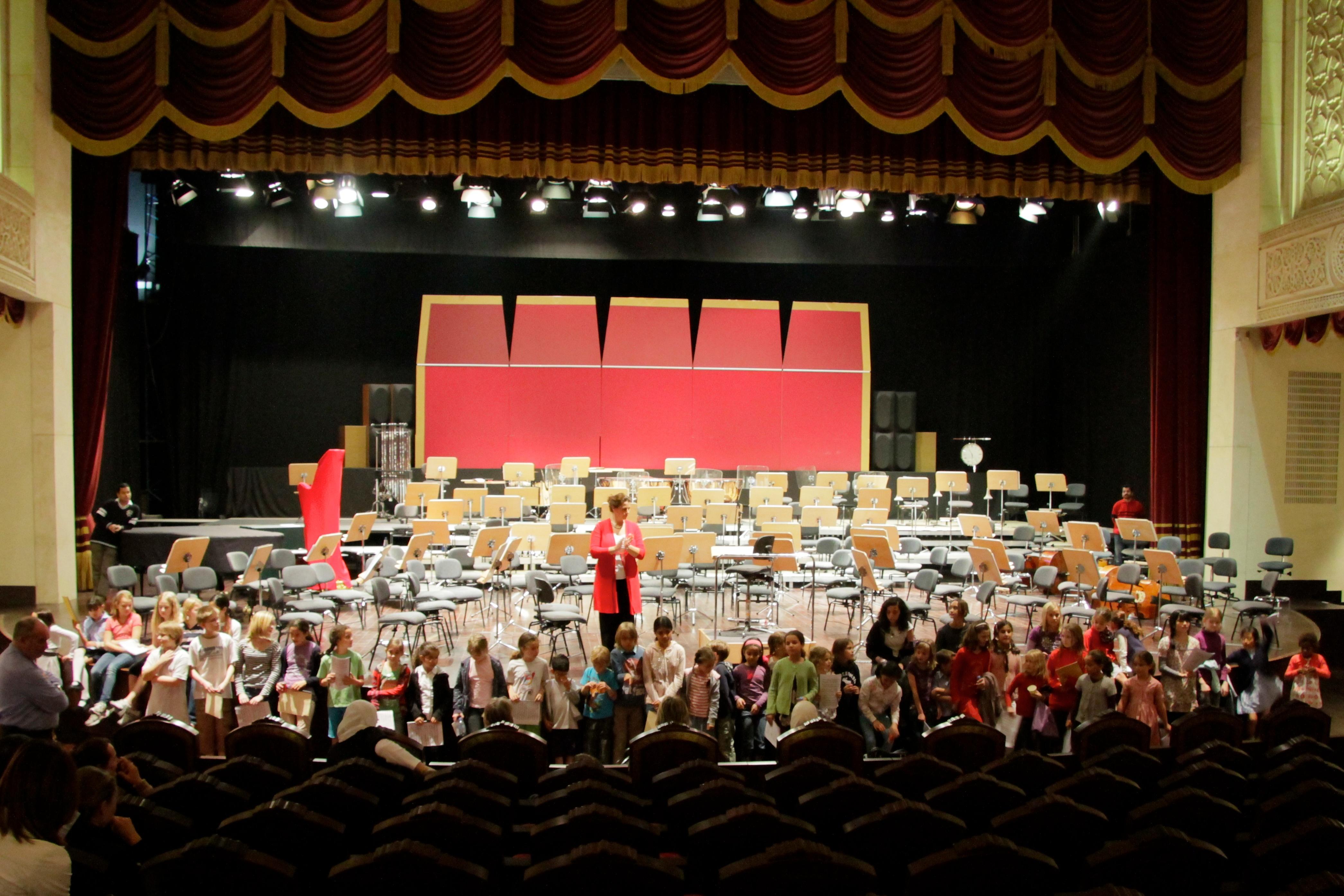 Une, deux, marquant le pas. Schüler der DS Doha singen bei der Oper Carmen mit.
