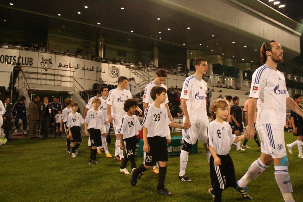 Schülerinnen und Schüler begleiteten die Spieler von FC Schalke 04 beim Einlaufen ins Stadion