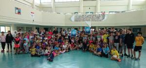 Die Sekundarstufe I freut sich gemeinsam mit Lehrern und dem Schulleiter